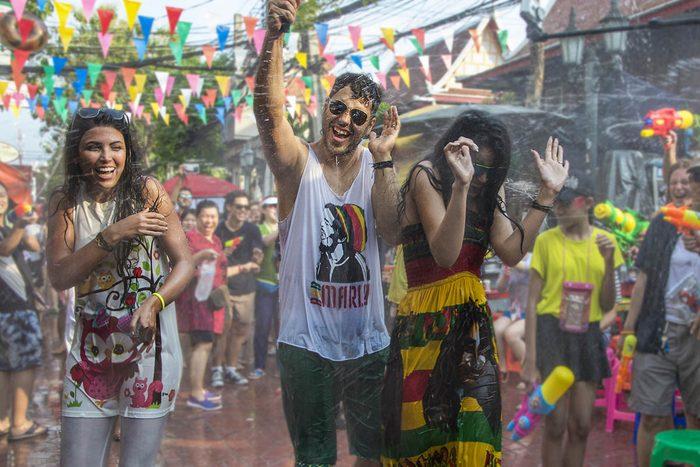 Tradition porte-bonheur en Thaïlande : aspergez d'eau vos amis.