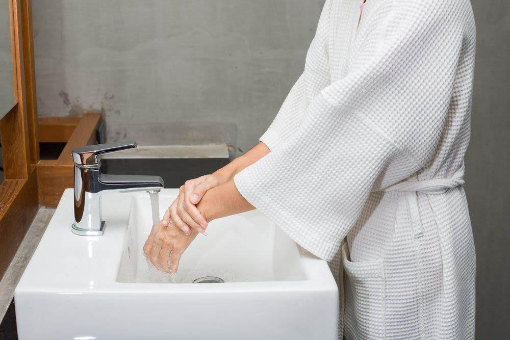 Le vieillissement des mains peut être accéléré par un lavage trop fréquent.