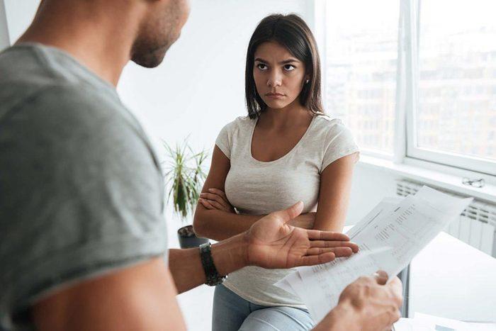 Une relation abusive passe par le désir de contrôler l'autre à tout prix.