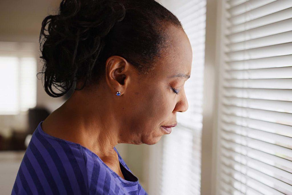 Relations abusive : votre partenaire vous ignore dans des moments de détresse.