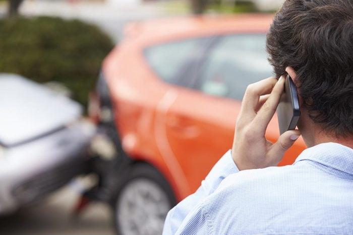 Après un accident de voiture, appelez votre compagnie d'assurance.