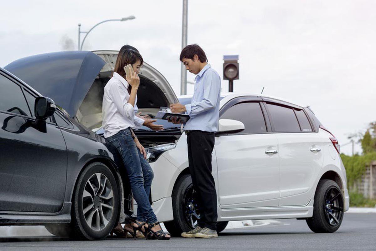 Après un accident de voiture, remplissez le constat à l'amiable.