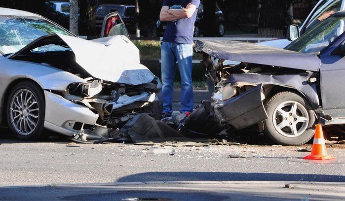Après un accident de voiture, ne restez pas debout sur la route.