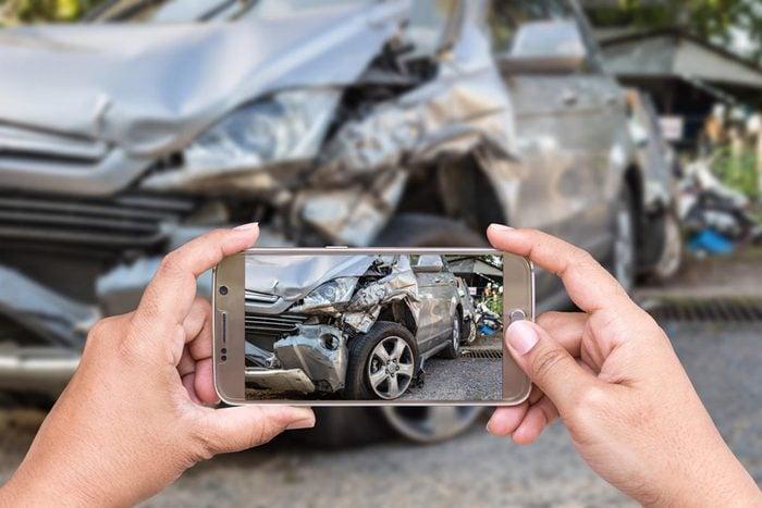 Après un accident de voiture, prenez des photos.