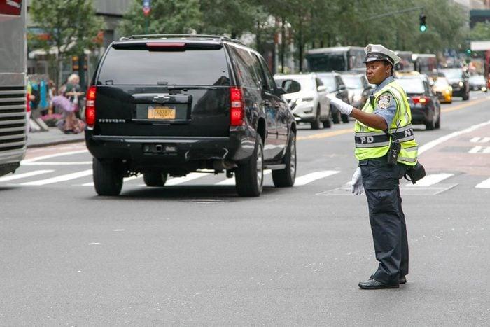 Après un accident de voiture, n'essayez pas régler le trafic vous-même.