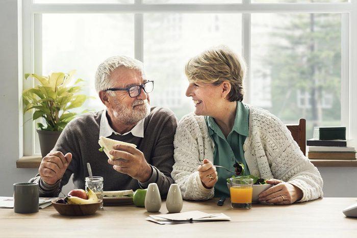Les aînés peuvent rester plus longtemps à la maison lorsqu'ils vivent à plusieurs.