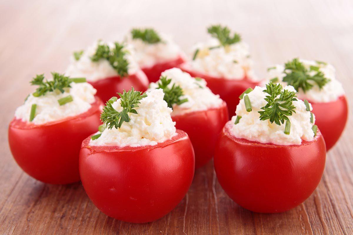 Collation à moins de 100 calories : tomate cerise et fromage de chèvre.