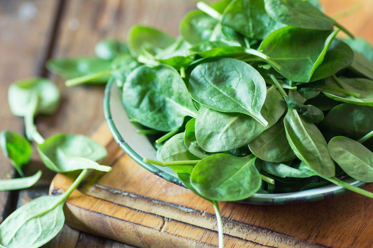 Aliments à ne jamais mettre au mélangeur : des légumes verts feuillus à température ambiante.