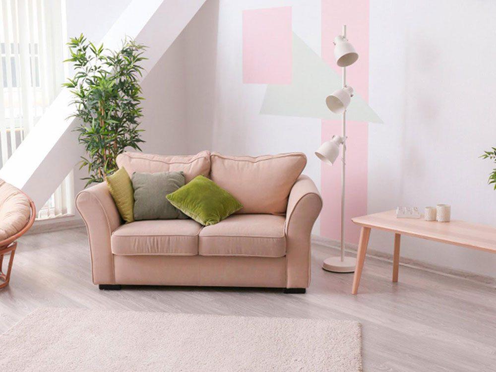 Coller les meubles au mur est l'une des erreurs d'aménagement d'intérieur à éviter.
