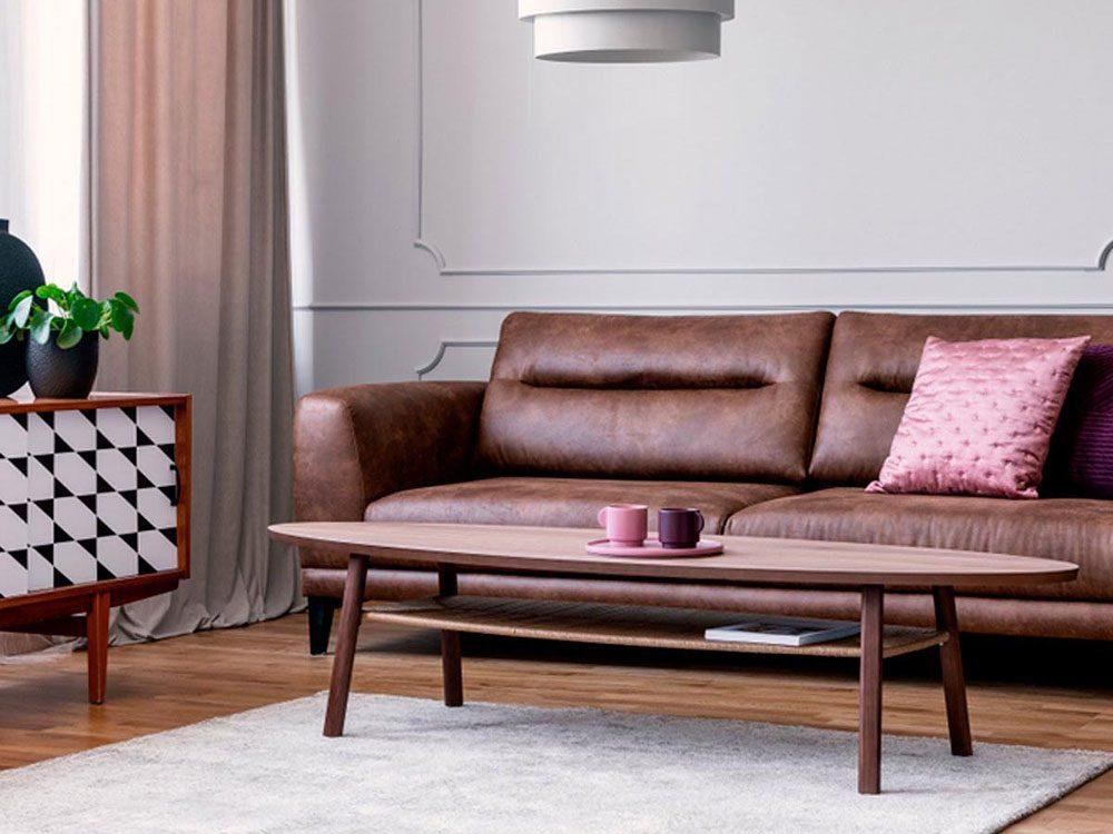 Une table du salon trop petite est l'une des erreurs d'aménagement d'intérieur à éviter.