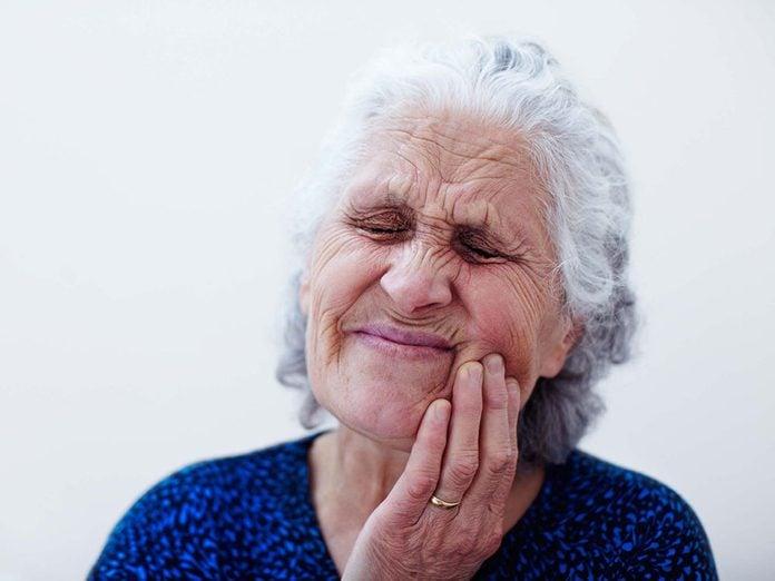Les bienfaits du gingembre et les risques: il peut provoquer de l'inflammation buccale et vous incommoder.