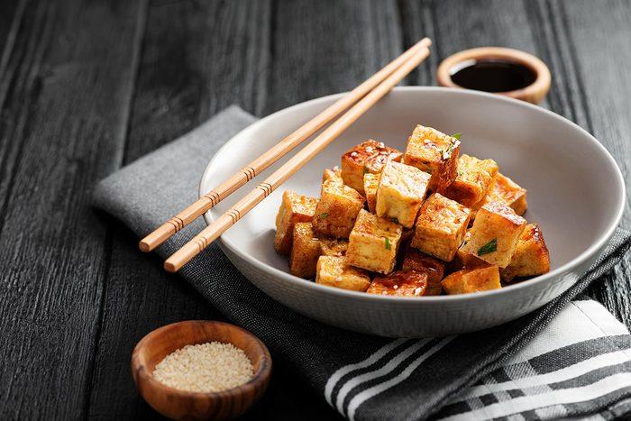 Bienfaits du tofu : il regorge de protéines et de calcium.