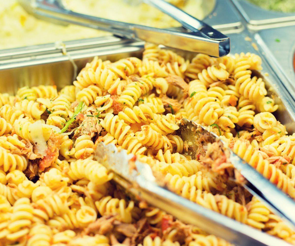 Dans un buffet à volonté, les ustensiles peuvent contaminer les plats.