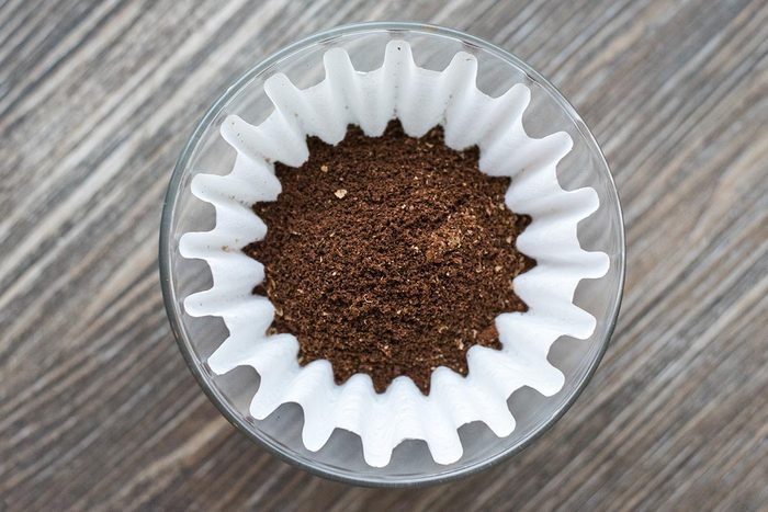 Le filtre a café doit être jeté immédiatement après usage.