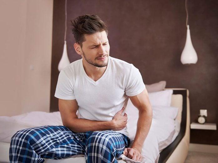 La constipation est l'un des symptômes du cancer du côlon à surveiller.