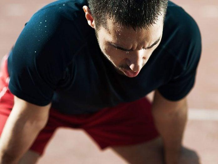 Le manque de souffle est l'un des symptômes du cancer du côlon à surveiller.