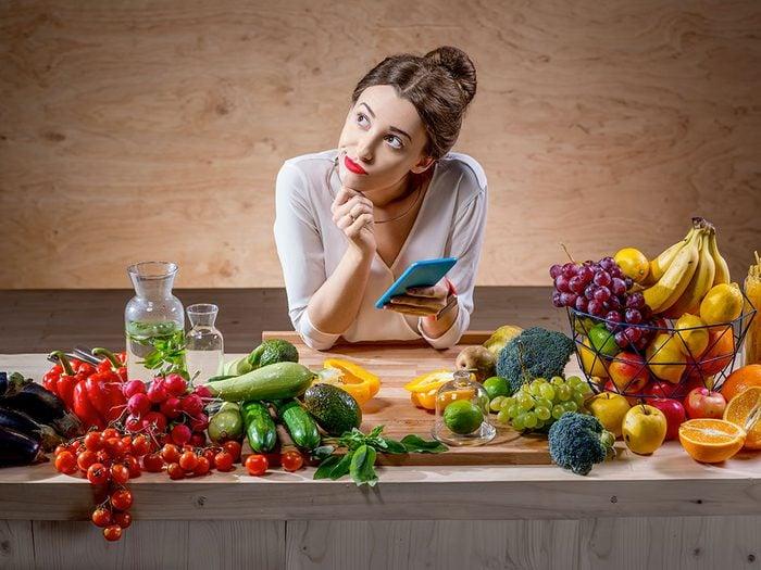 Modifier ses habitudes alimentaires et compter les calories pour perdre du poids de façon durable.