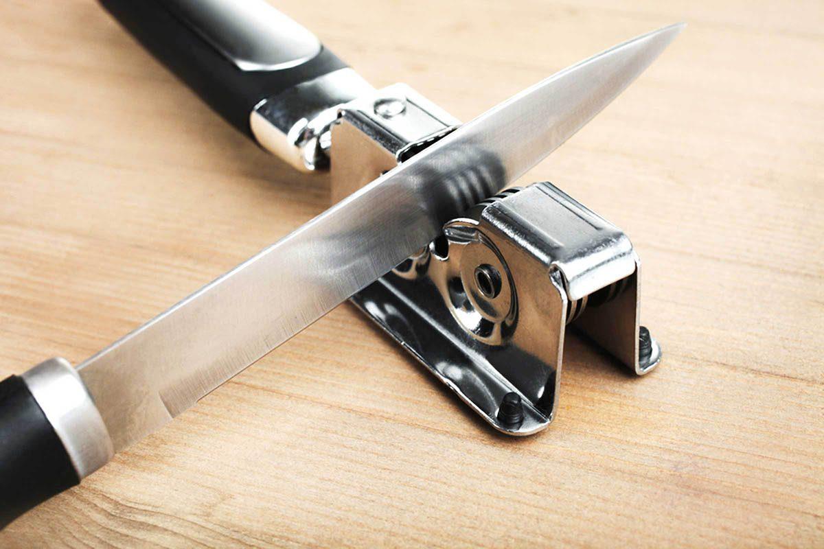 En cuisine, pensez à aiguiser vos couteaux régulièrement.