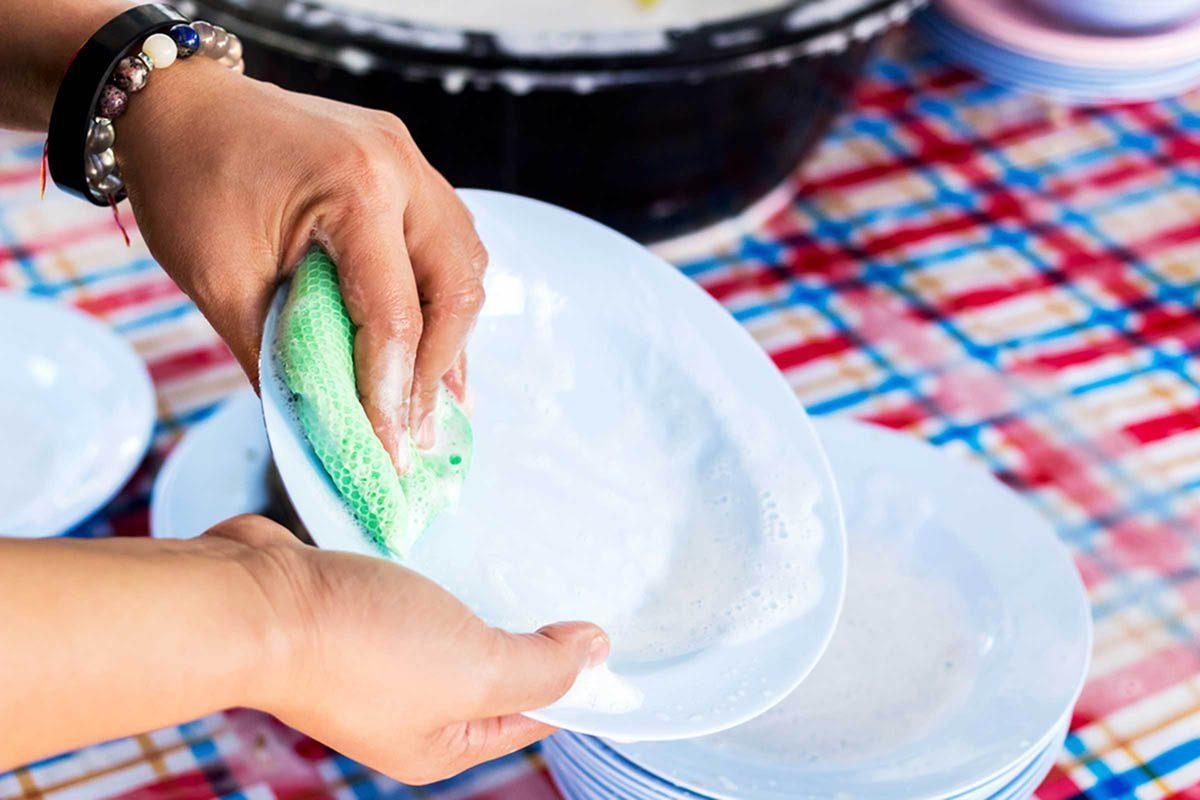 En cuisine, changer d'éponge pour nettoyer votre vaisselle et les surfaces sales.
