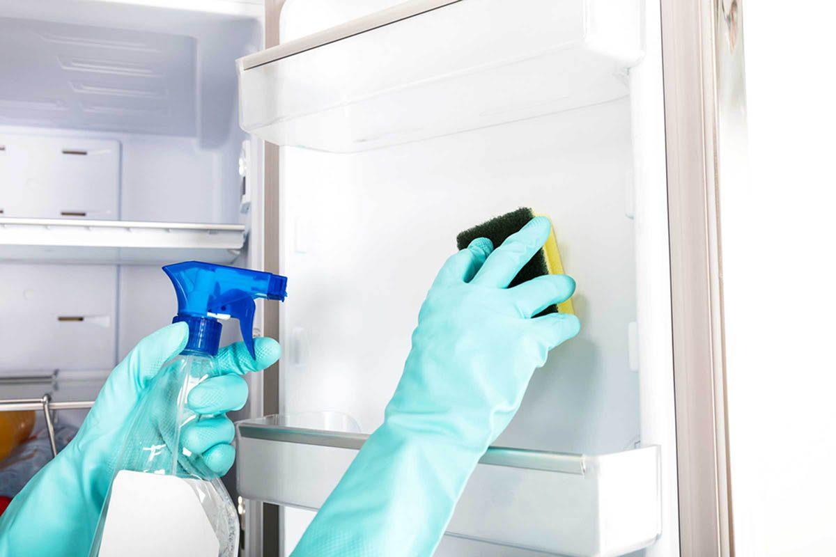 En cuisine, nettoyez régulièrement votre réfrigérateur.