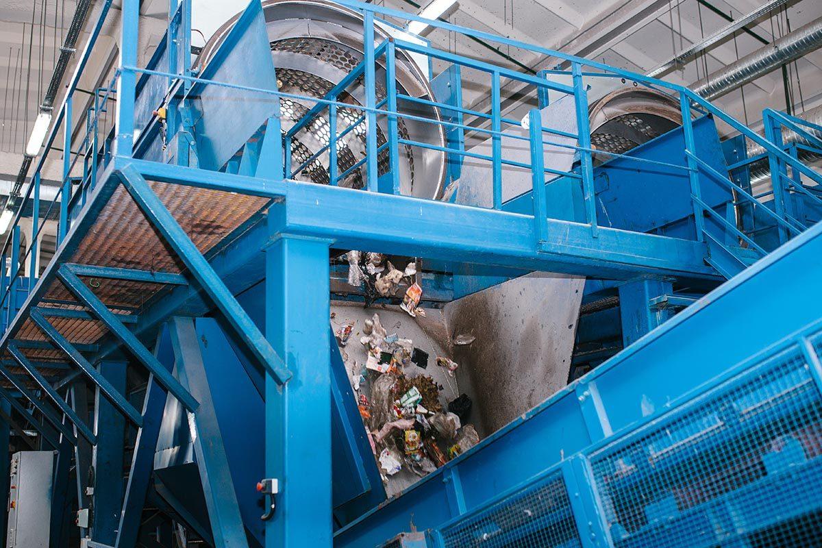 Les déchets sont séparés par des machines.