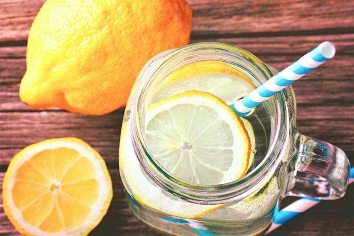 Vos dents peuvent être abîmées si vous buvez de l'eau aromatisée avec du citron.