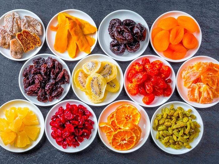 Manger des fruits secs peut abîmer vos dents.
