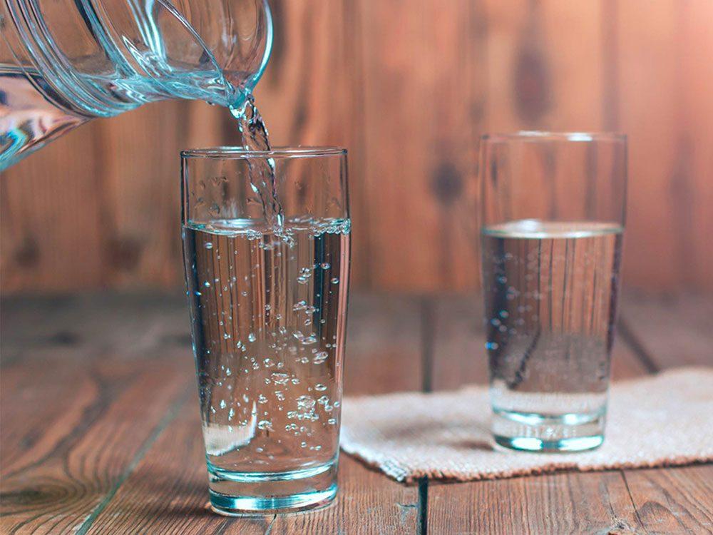 Ne pas boire assez d'eau peut abîmer vos dents.