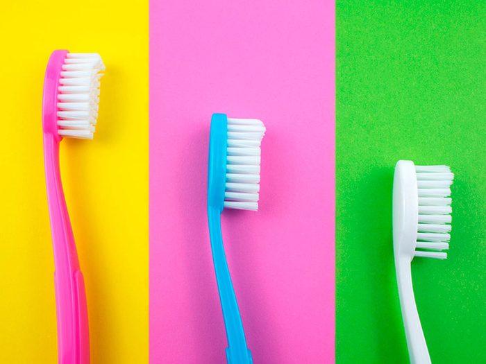 Choisir la brosse à dents la plus dure peut abîmer vos dents.