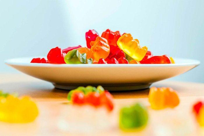 Vos dents peuvent être abîmées si vous mâcher des caramels et des oursons en gélatine.
