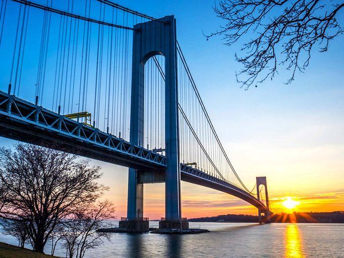 Penser que le pont le plus long du monde est le Verrazano Narrows est une erreur de géographie.