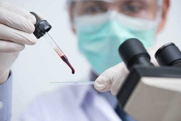 Des possibles causes de la fièvres sont écartées les unes après les autres.