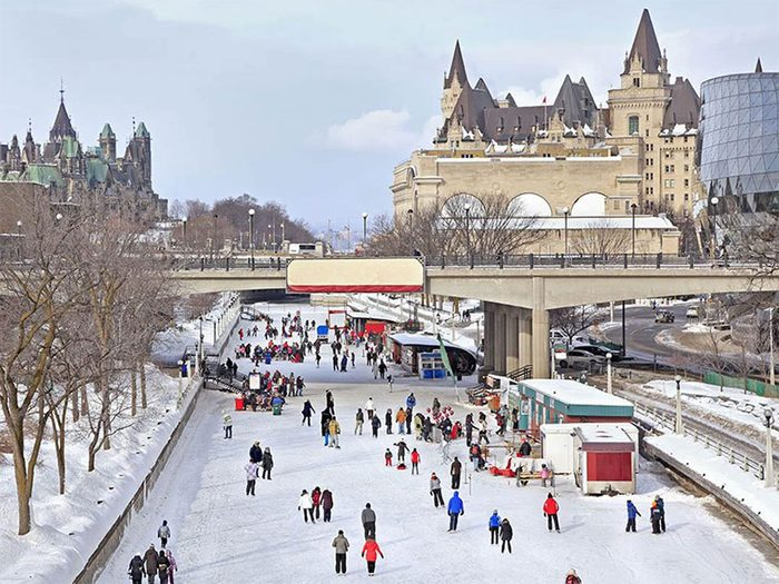 Patinez sur le canal Rideau pour profiter de l'hiver au Canada.