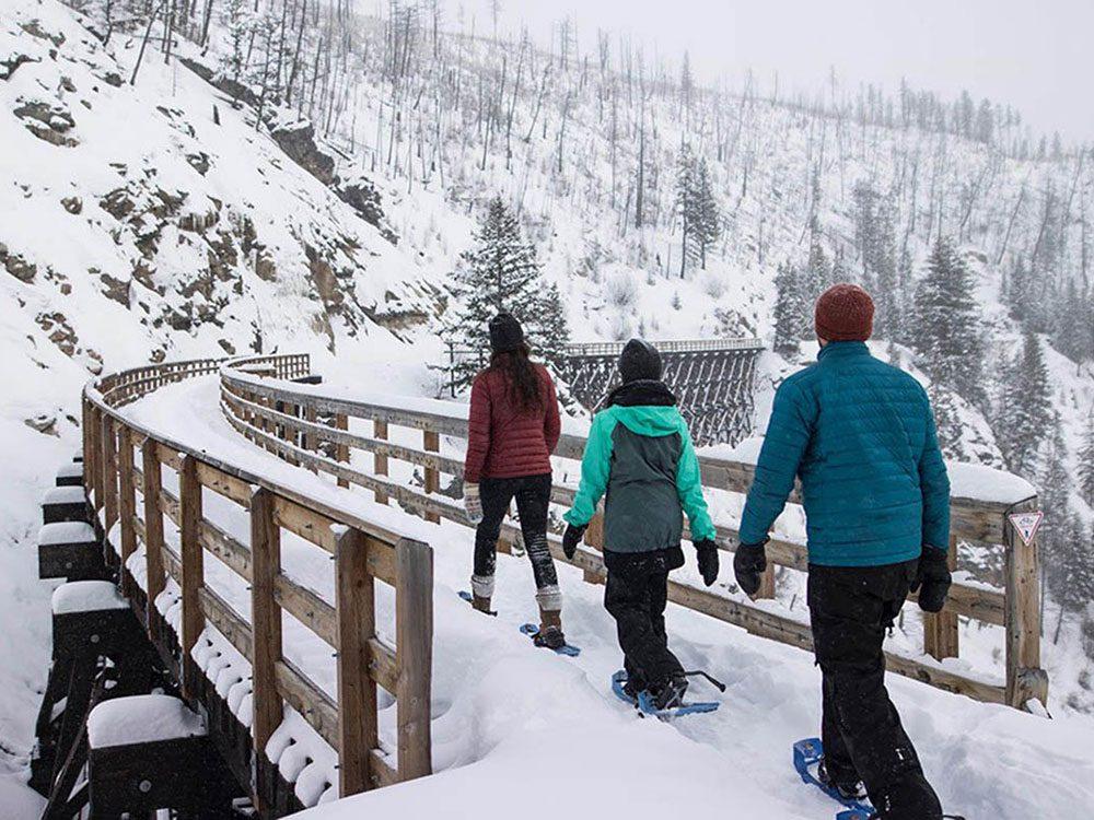 Promenez-vous en raquettes sur les ponts à chevalets de Myra Canyon à Kelowna pour profiter de l'hiver au Canada.
