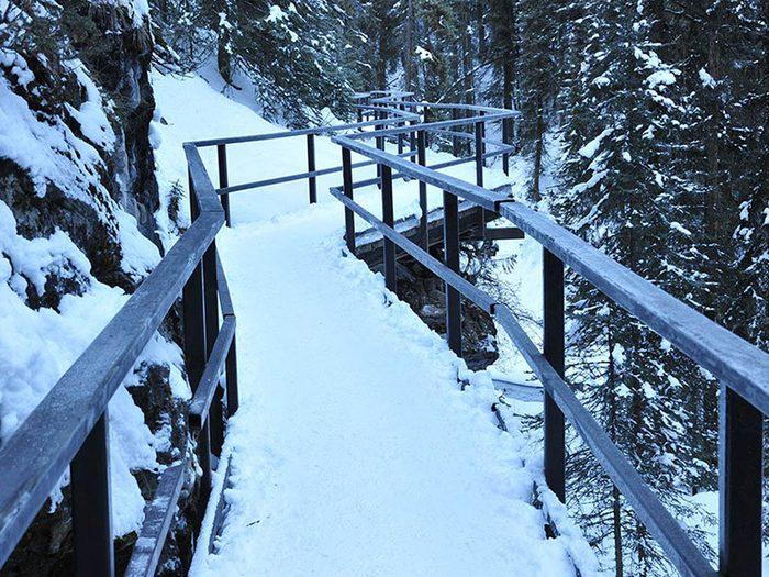 Marchez sur la glace à Banf pour profiter de l'hiver au Canada.