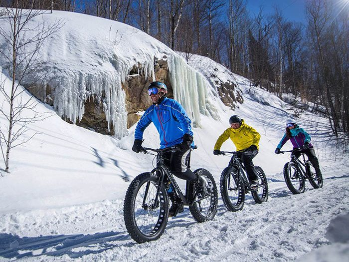 Faites du vélo de montagne au Mont Tremblant pour profiter de l'hiver au Canada.