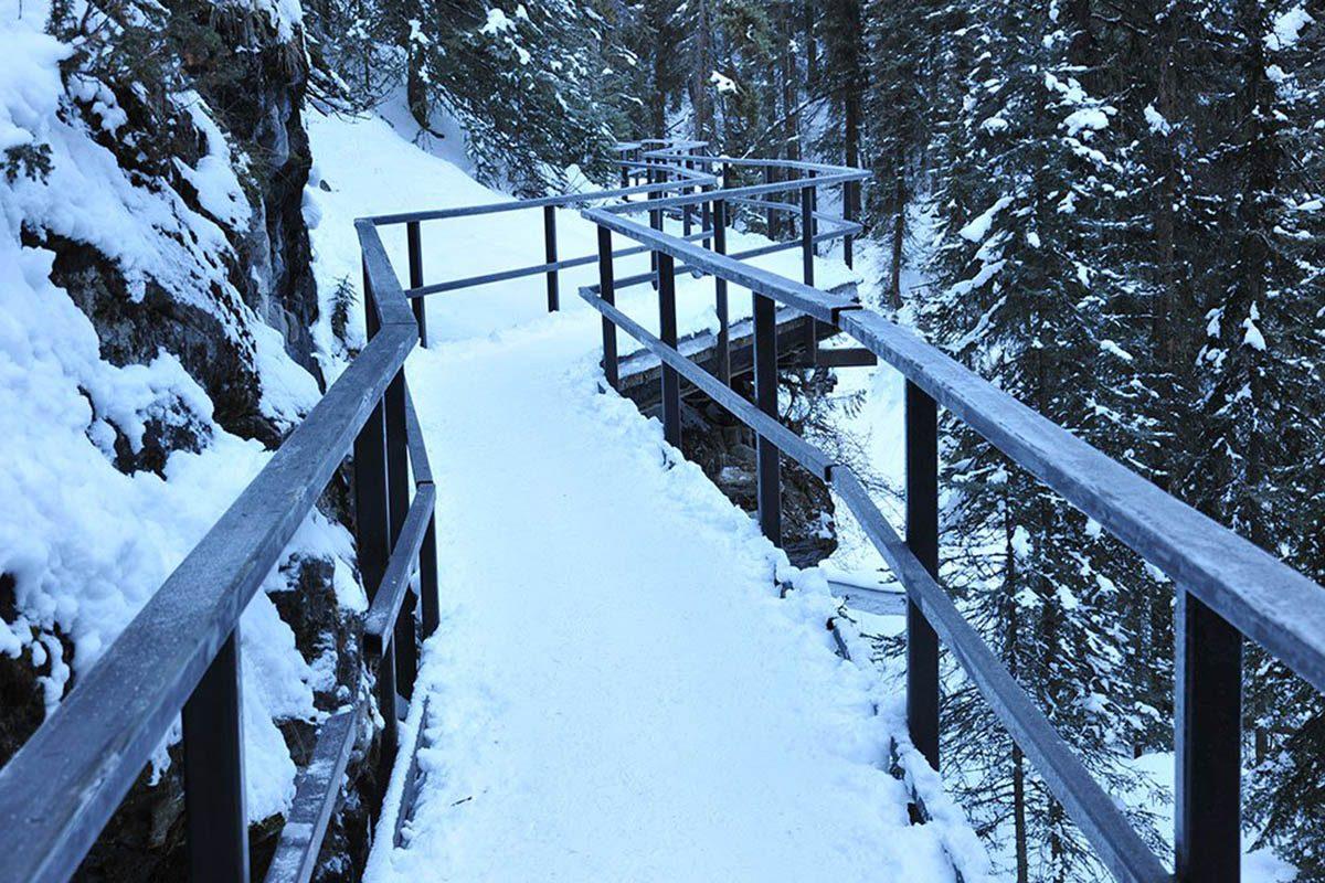 Hiver au Canada : marchez sur la glace à Banff.