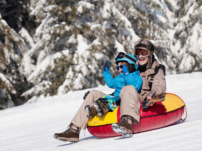 Essayez la bouée des neiges à Edmonton pour profiter de l'hiver au Canada.
