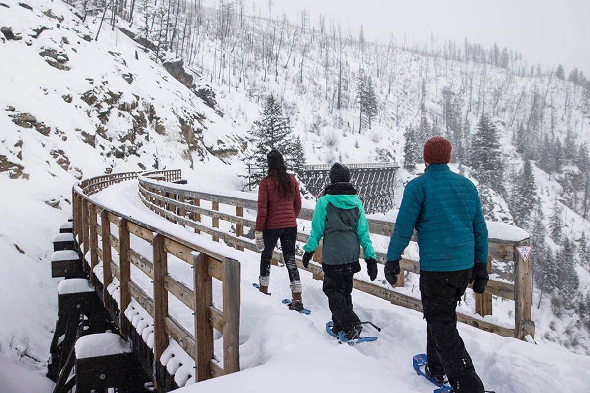 Hiver au Canada : promenez-vous en raquettes sur les ponts à chevalets de Myra Canyon à Kelowna.