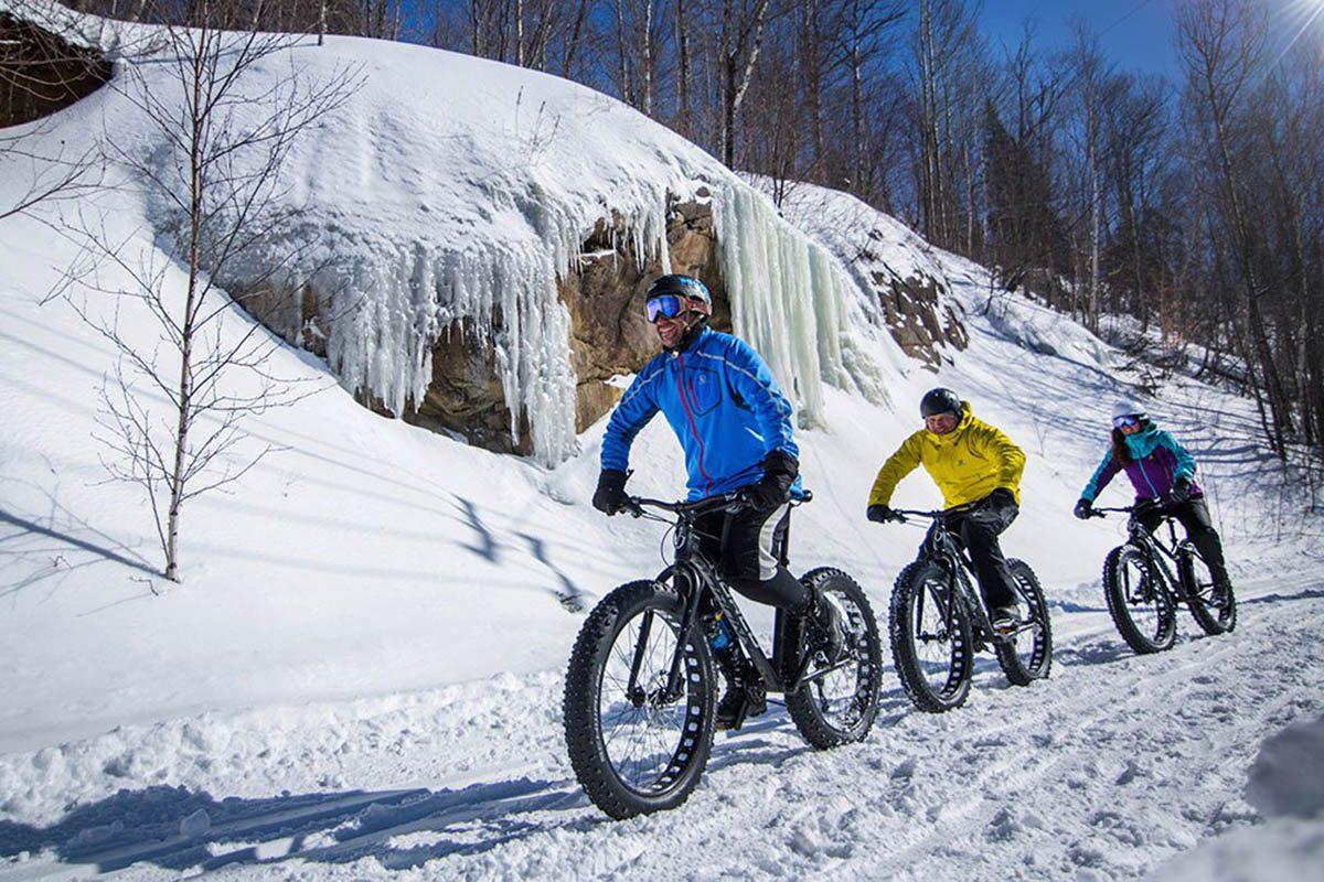 Hiver au Canada : faites du vélo de montagne au Mont Tremblant.