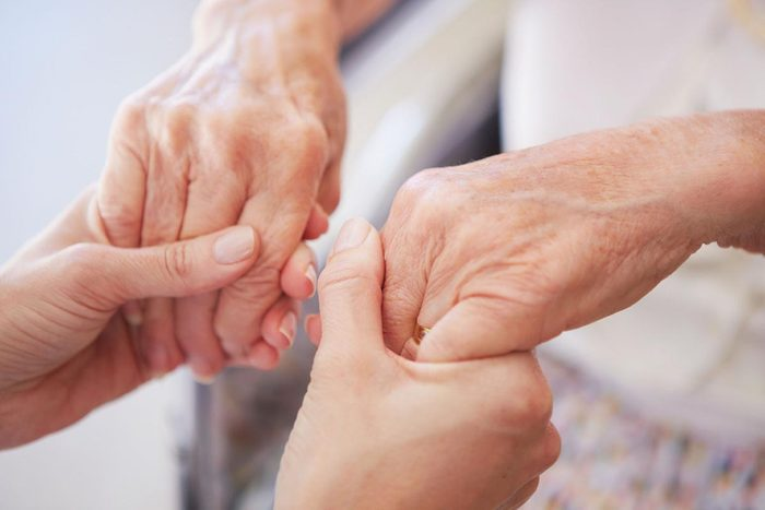 Maladie chronique invalidante : la maladie de Parkinson.