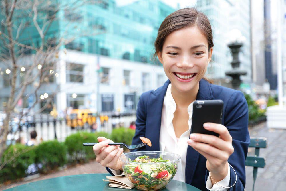 Pour manger santé, rangez votre cellulaire.