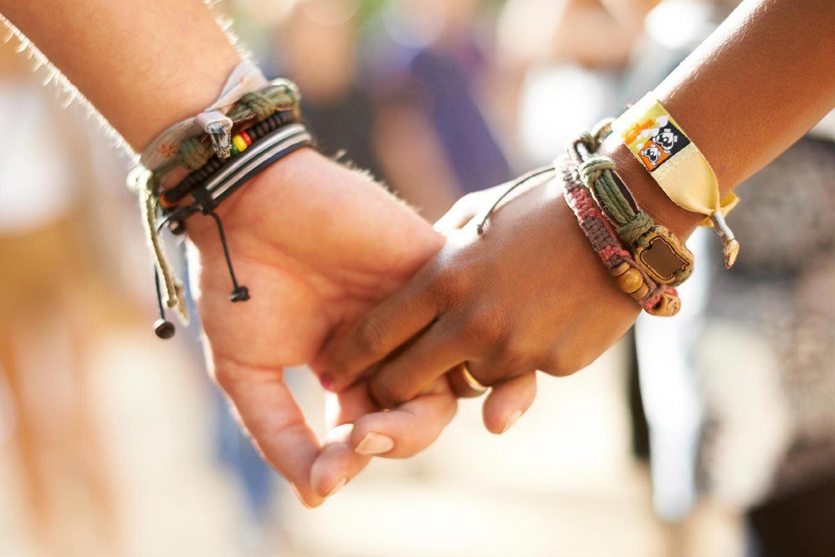 Un mariage heureux se caractérise par des démonstration d'affection en publique.