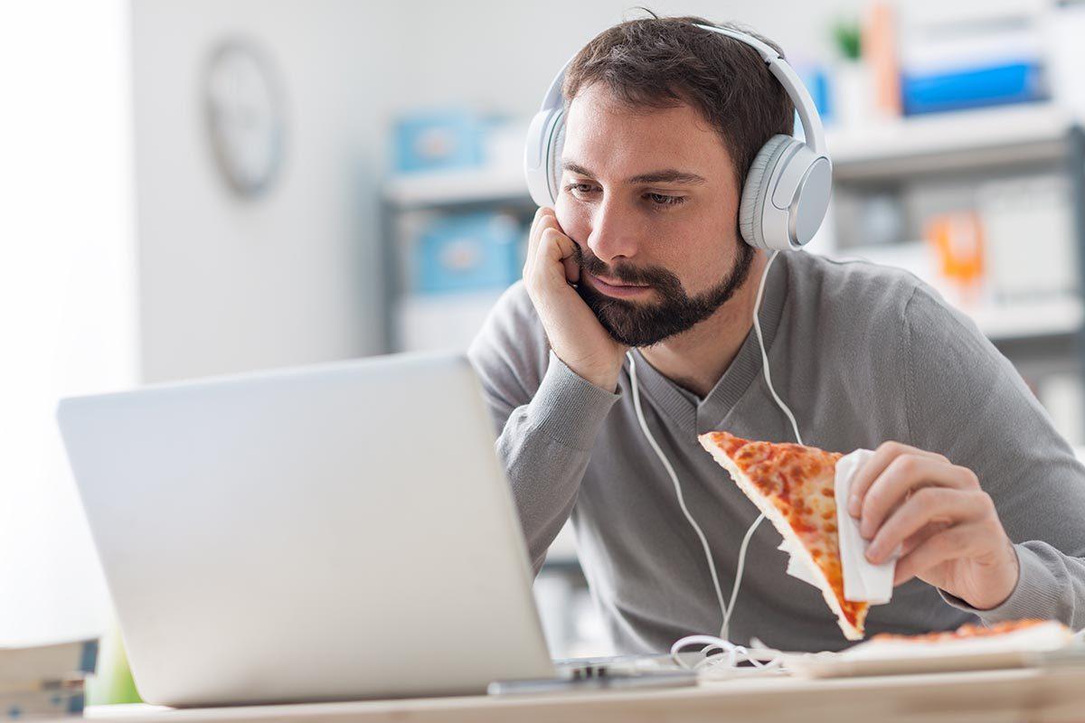 Mauvaises habitudes : vous mangez seul à votre bureau devant Facebook.