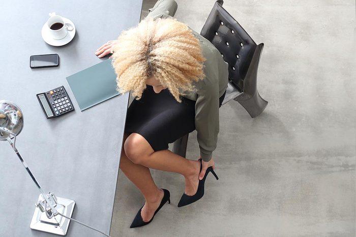 Mauvaises habitudes : vous portez des talons hauts au travail.