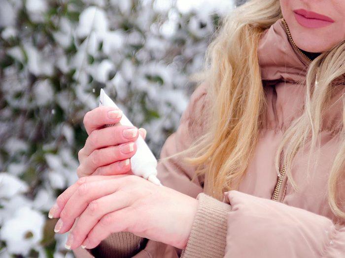 Pour éviter la peau sèche en hiver, il faut la protéger.