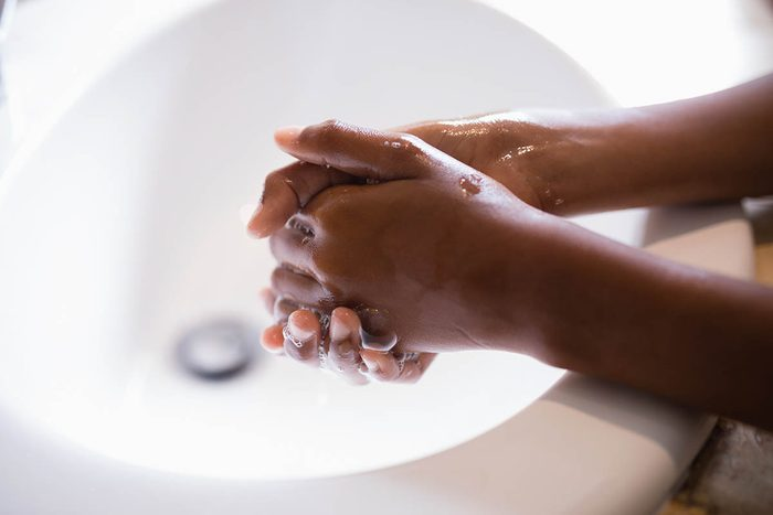 La peau sèche peut être due au lavage trop fréquent.