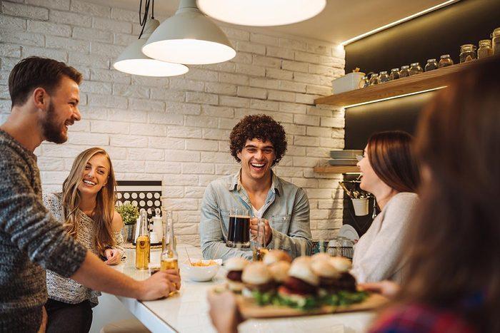 Pour perdre du poids, invitez des amis à dîner au lieu d'aller au restaurant.