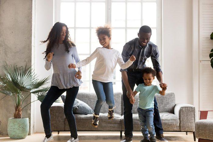 Pour perdre du poids, remplacez les soirées télé par des soirées dansantes.
