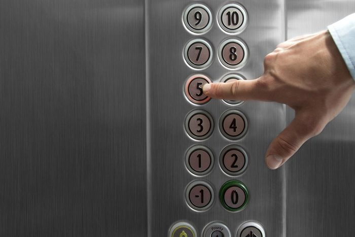 Objet plus sale que les toilettes : les boutons de l'ascenseur.